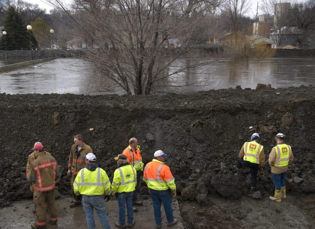 ingeneiros geotecnicos estudiando los suelos del trabajo
