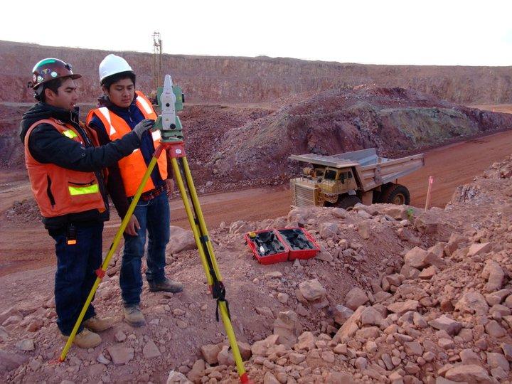 ingenieros geomatico trabajando investigacion del terreno
