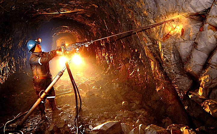 ingenieros mineros en cueva